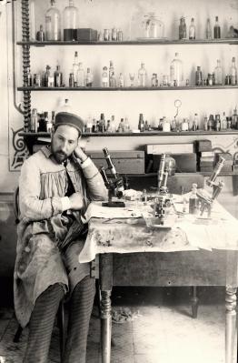 En el laboratorio de Valencia. Tomado de el sitio web por el centenario del premio Nobel.