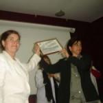 La Dra. C. Nidia Márquez entrega a la Decana un Diploma de reconocimiento de la UCMH