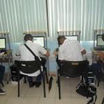 estudiantes interactuando con la plataforma en el aula chica