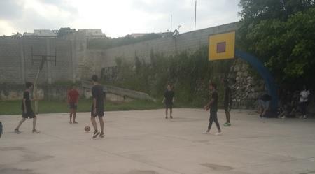 Deportista calientan antes del partido de Futbol en los Juegos Epicuro