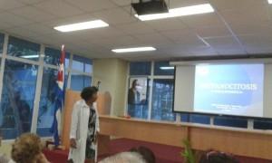 la Prof. Dra. Andrea Menéndez Vietía dio una detallada explicación sobre los avances en el diagnóstico y tratamiento de la anemia falciforme y otras hemoglobinopatías, donde los aportes al conocimiento de la historia natural de la enfermedad y el inmenso esfuerzo investigativo han elevado la expectativa de vida de nuestros pacientes