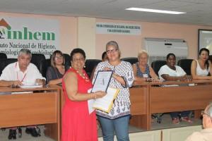 Momento en que la compañera Vilma Fajardo, Evaluadora de la ONARC, entrega la certificación obtenida por la Sección de Microbiología Sanitaria.