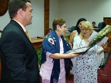 La Dra Gilda Bermúdez entrega a Gloria León, viuda del Dr. JD. Carrizo, distinciones de la SOCECS. Le acompaña el rector Dr. Frank Quintana
