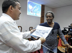 Frank Quintana Gómez, rector de la Universidad de Ciencias Médicas entregó un reconocimiento especial a Gerardo Alfonso. (Fotos: Carolina Vilches Monzón)