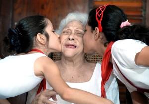 Melba y los niños. Foto: Roberto Suárez.