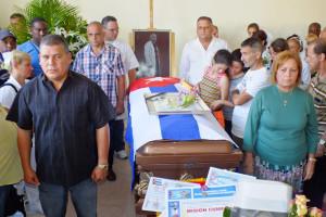 Centenares de trabajadores de la salud, pacientes y el pueblo santaclareño, dieron el último adiós al Dr. Eric Omar Pérez de Alejo Quesada, de 41 años, fallecido  a causa del terremoto ocurrido en Ecuador.