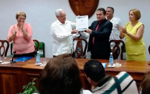 Momento en que la Universidad de Ciencias Médicas de Villa Clara recibe la condición de Certificada, entregada por el Ministro de Educación Superior Dr. Rodolfo Alarcón Ortiz (Foto de archivo)